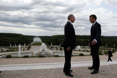 Putin visits France for talks; Macron does not give an inch