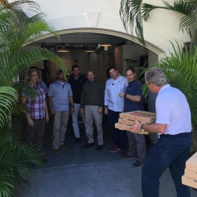 Bush gets pizza for Secret Service, calls for end to shutdown