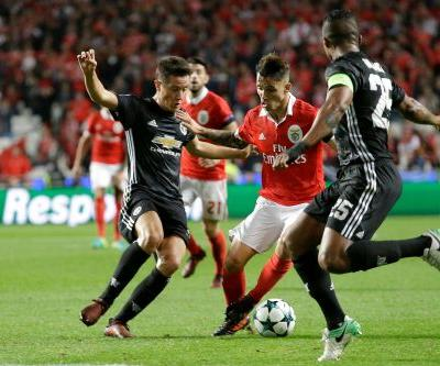 Man United tops Benfica after young goalkeeper's mistake