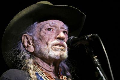 Willie Nelson cuts show short because of high altitude
