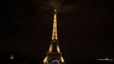 Video: The Eiffel Tower goes dark to honor victims of Barcelona attack