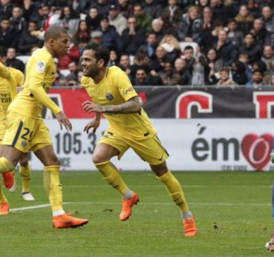 Nice 1 Paris Saint-Germain 2: Alves earns late victory for runaway leaders