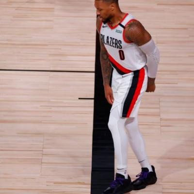 Blazers' Damian Lillard leaves Game 4 against Lakers with a right knee injury