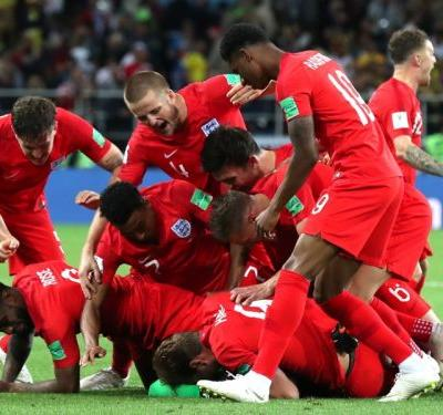 Video: England win sparks wild celebrations in London