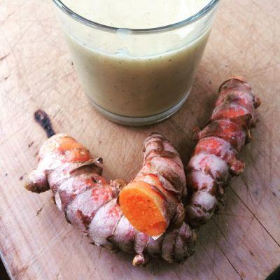 Smoothie with fresh turmeric