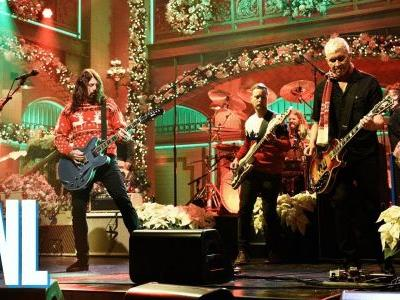 "Watch Foo Fighters' Christmassy Spin On ""Everlong"" For SNL"