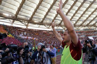 Watch Francesco Totti do a lap of honor before match even starts in Roma farewell