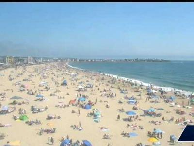 Timelapse shows beachgoers arriving at Hampton Beach on Fourth of July
