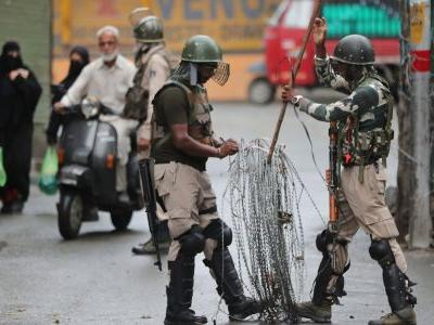 India is controlling people in Kashmir with an elaborate maze of razor wire that changes configuration several times a day
