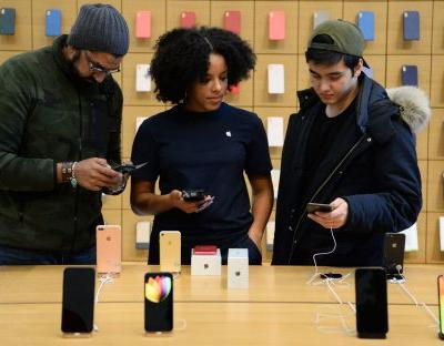 Apple fans queue to buy new iPhone XS and XS Max despite £1,449 price tag