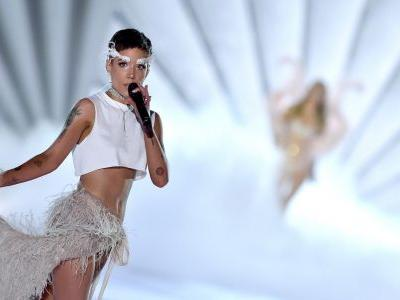 Halsey Rocked Feather Eyebrows During Her VS Fashion Show Performance And We're So Here For It