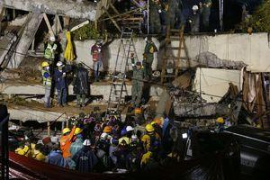 In Mexico: A desperate effort to save a girl buried under the rubble of her school