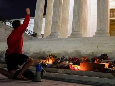 People flocked to the Supreme Court building to honor the memory of the late Justice Ruth Bader Ginsburg in an impromptu vigil