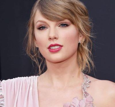 """Taylor Swift Says """"I Wish You Would"""" Vote Early"""