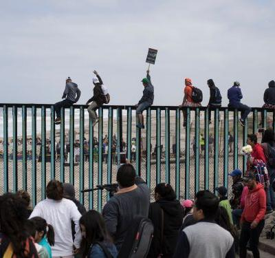 Central American migrants arrive and rally at US border