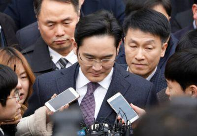South Korean court dismisses arrest warrant for Samsung chief in bribery scandal