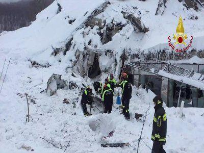 Six people have been found alive under the avalanche-hit Italian hotel