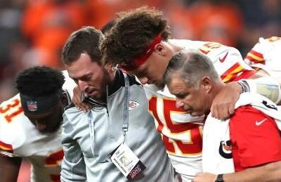 Reigning MVP Patrick Mahomes leaves Chiefs game with leg injury