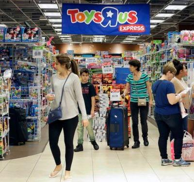 Dying Toys R Us is hiring temporary workers to keep 'the store looking full' amid blowout clearance sales