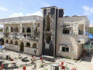 26 killed in car bomb in hotel in Kismayo Somalia; victims include American, Britons