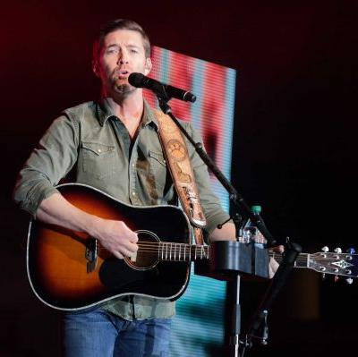 Police: 1 dead, 7 injured after country singer Josh Turner's crew bus crashes in California