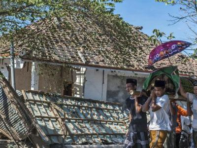Death toll from quake that hit Indonesian island passes 430