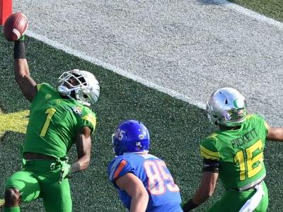 Oregon scores two defensive TDs to end half against Boise State