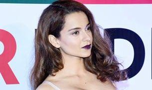 Kangana Ranaut looks REALLY uncomfortable in the outfit she wore for Mr India World