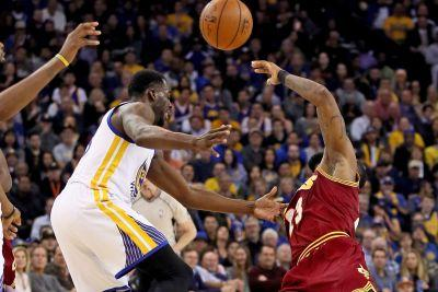 Draymond Green ridicules LeBron with pantomimed flop