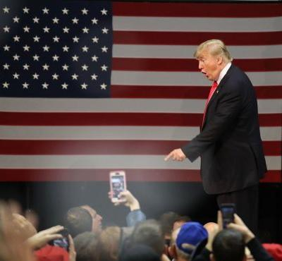 Trump demands, gets apology from reporter over 'phony photo'