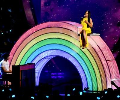 """Watch Kacey Musgraves Perform """"Rainbow"""" With Coldplay's Chris Martin At The 2019 iHeartRadio Music Awards"""