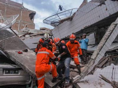 Death toll hits 832 after earthquake and tsunami in Indonesia - and authorities expect it to rise