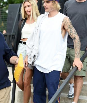 Justin Bieber & Hailey Baldwin's 2019 New Year's Celebration Was A Tropical Adventure