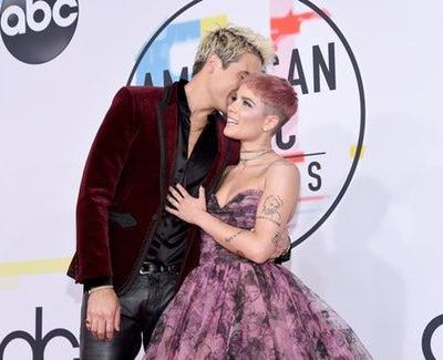 The Photos Of Halsey & G-Eazy On The 2018 AMAs Red Carpet Will Restore Your Faith In Love