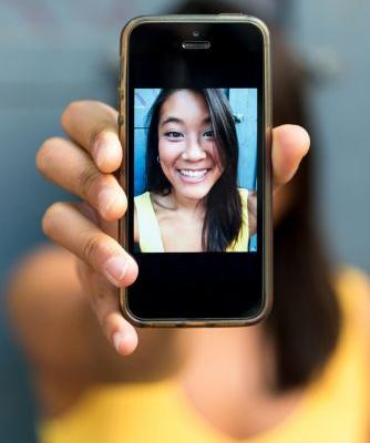 Should You Change Your Phone Background To A Pic Of Your Boo? An Expert Weighs In