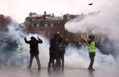Police employ tear gas & water cannons as Yellow Vest protests enter 9th week