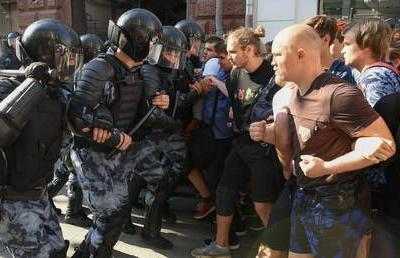 Hundreds arrested at unsanctioned Moscow rally as protesters throw stones, use gas against police