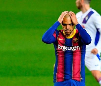 Barcelona threaten to banish forward to B team after refusal to leave this summer