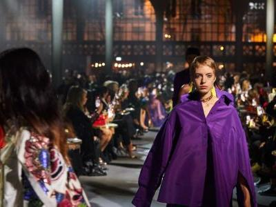 Pierpaolo Piccioli Does Dressed-Down Glamour at Valentino Spring 2022